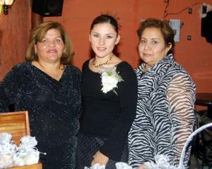 Adriana Gutiérrez acompañadad e Clara Gutiérrez Moreno y Carlota García de Canales organizadoras de su despedida de soltera.