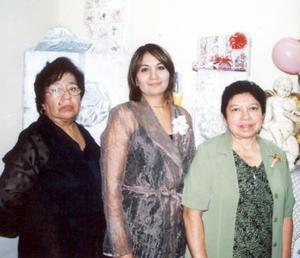 Belem Briones Morales acompañada de las organizadoras de su despedida de soltera Belem Morales de Briones y Hortensia Ramos de Durán