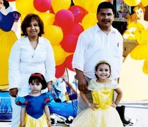 Bibiana Cistlalli y Brianda Sabrina acompañada de sus papás, Joaquín De Santiago y Sonia Hernández de De Santiago en la fiesta que les organizaron con motivo de sus cinco y tres años de vida respectivamente.