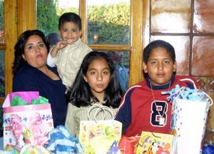 Jaime y Nancy García Fabila acompañadas de su mamá Nancy Fabila y su hermanito Rey Gaspar en su fiesta de cumpleaños.