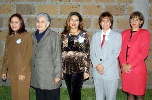 Albertine Acevedo de Dávila en compañía de algunas invitadas a su fiesta de canastilla.