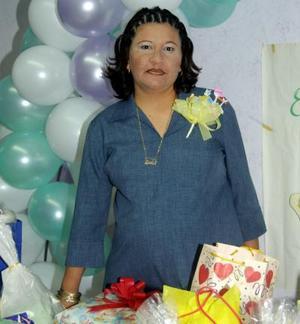 Karla Castañón de Rosales recibió sinceras felicitaciones en su fiesta de regalos.