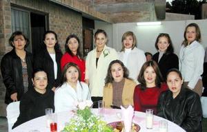 Mayela Ramírez de Vélez en compañía de  un grupo de invitadas a su fiesta de regalos.