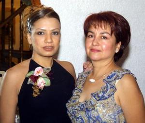Flor Orquídea Monsiváis Hernández acompañada de la anfitriona de su primera despedida de soltera, la señora Coco Hernández de Martínez.