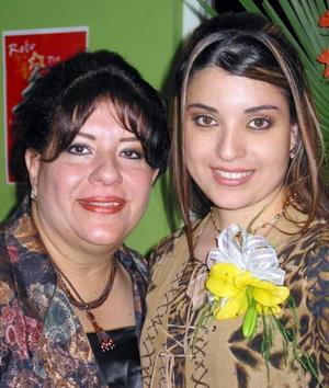 Laura Dafne Carrillo Ramos con su mamá Laura Elena Ramos de Carrillo en su fiesta de despedida.
