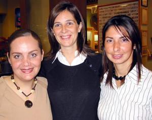 Isabel Vicario de Murra acompañada por Lorena Rodríguez de Buendía y Blanca Ramírez de Murra en la fiesta de regalos que le ofrecieron en honor del bebé que espera.