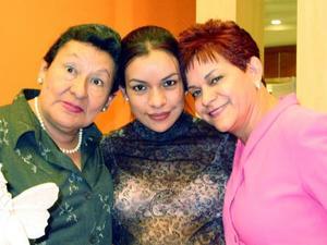Mara de Avilés en la fiesta de regalos que le ofrecieron las señoras Irma Galaviz de Asplan y Carmen Avilés.