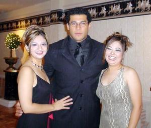 Rocío Rodríguez Peña, Fernando Chávez y Gloria Partida Martínez en un banquete de bodas.