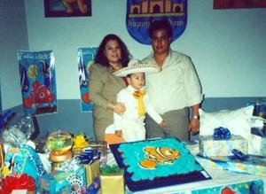 El niño Luis Eduardo Bernal Limones aocmpañado de su s padres, Ana Limones García y Herminio Bernal del Río en la fiesta de cumpleaños que le organizaron por sus tres años de vida.