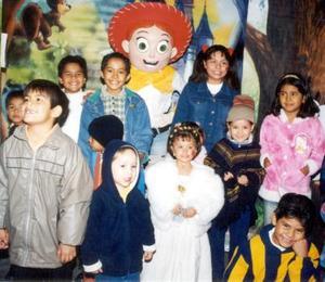 La pequeña Amanda Cecilia Gutiérrez Teneyuque acompañada de un grupo de amiguitos en la fiesta de cumpleaños que le organizaron sus papás por su tercer aniversario de vida.