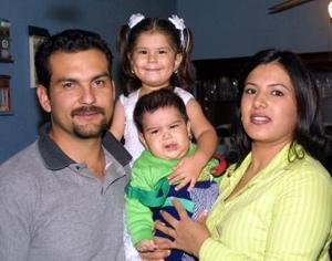 <u>07 de diciembre </u><p> Leslye de la Torre Lozoya el día que cumplió tres años de vida acompañada por sus papás y su hermanito.