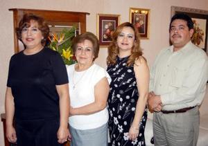 Adriana Elsa Ávlarez Cano acompañada de Rosa María Álvarez de Zamora, María Petrita Cano de Álvarez y Jorge Álvarez Cano en su fiesta de cumpleaños.