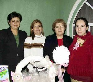 Berenice Enríquez de Cobián con las organizadoras de su fieta de canastilla, Lorena Turrubiate de García, Esmeralda García de Castañeda y Lupita de Enríquez.