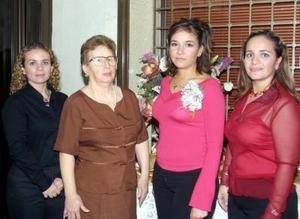 Elena Alvarado Rodríguez acompañada de Concepción de Alcántar, Alejandra y Claudia Alcántar, organizadoras de su despedida de soltera.