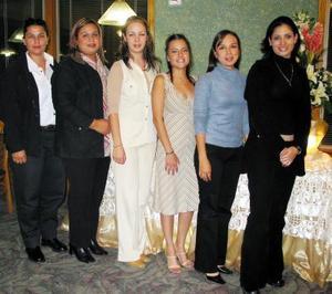 Ivonne Chávez Ríos acompañada de sus amigas en la despedida de soltera que se le ofreció en días pasados.
