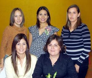 Marcela García de Llorens acompañada de sus amigas en la fiesta de regalos que se le ofreció