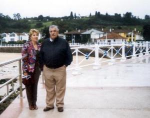 Señor Miguel Ángel Cayarga Suárez acompañado de su esposa, Maribel Piñol, captado en la playa de Rivadeselia en Asturias, España.