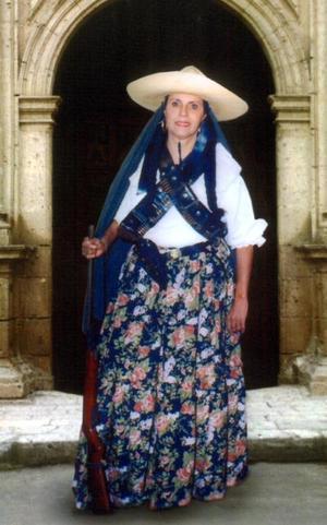 Sra. Amalia Salazar Chávez integrante del grupo Cien Voces, captada en los pasados festejos del día de la Revolución.