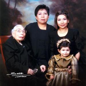 Sra. Carmen Huerta de Gutiérrez, Ma. Elena Gutiérrez de Pérez Mendoza, Marcela Pérez Gutiérrez de Amaro y Marian Amaro Pérez forman cuatro generaciones de estimable familia lagunera.
