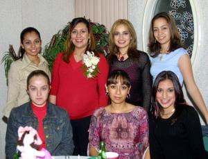 Adriana Castañeda de Fuentes acompañada de sus amiga en la fiesta de canastilla que le organizaron en fechas pasadas por el cercano nacimiento de su bebé.
