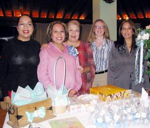 Beatriz Siomara Rivadeneyra de Flores acompañada de las organizadoras de su fiesta de canastilla.