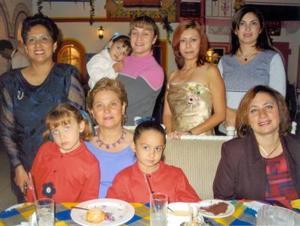 Carmen O. de Mena, Hannya de Santos, Nina de Muñoz, Chiquis de Santos, Cintha de Dávila y las pequeñas Ana Elisa, Melisa y Priscila Santos acompañaron a Elizabeth Salinas Morales en su primera despedida de soltera.