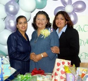 Karla Castañon de Rosales en compañía de Gema y Corey Castañón organizadoras de su fiesta de canastilla.