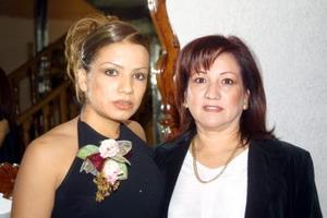 Flor Monsiváis Hernández en compañía de su mamá Blanca Hernández Retana