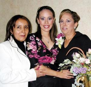 Judith Balboa Malerva con las organizadoras de su despedida de soltera, Maribel Malerva de Balboa y Rosa María Herrera Saldaña.