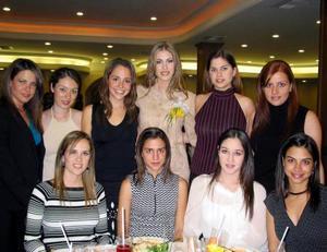 Ana Máynez Varela en su primera despedida de soltera acompañada por sus amigas asistentes