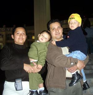 Ofelia Santiago y Jesús García con sus hijos Jesús Alejandro y Bruno de Jesús visitaron el Cristo de las Noas