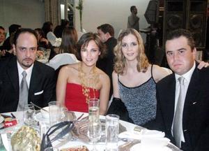 <u>09 de diciembre </u><p> Alberto López Villegas, Alejandra Martínez de López, Rocío Cervantes y Gerardo Barrios, captados en un festejo social.