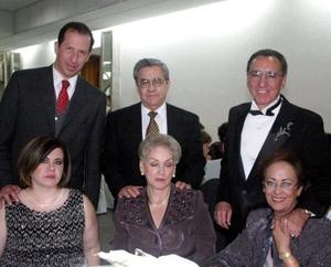 Fernando, Ana, Carmen, Bonifacio, Lolita, Manuel y María Eva captados en pasado acontecimiento.