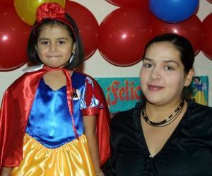 Karla Cecilia Valderrama Tinajero acompañada de su mamá Mónica Tinajero de Valderrama en la fiesta infantil que le preparó por su cuarto cumpleaños