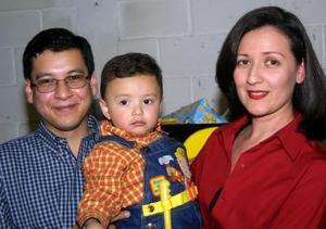 <u>12 de diciembre </u><p>  Sebastián Woo Trasfí acompañado de sus papás Roberto Woo Borrego y Alejandra Trasfí en la fiesta infantil que le ofrecieron por su cumpleaños