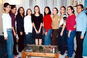 Selene Castañón Martínez acompañada de sus amigas en la despedida de soltera que se le organizó en fechas pasadas.