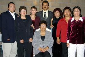 <u>09 de diciembre </u><p> Señora Herminia Ramos Vda. de Reyes acompañada por su familia en pasado festejo social.