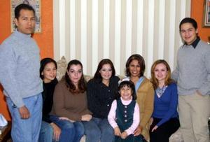 Brenda Ríos Contreras acompañada  de sus familiares  y amistades en la fiesta de cumpleaños que le organizaron.