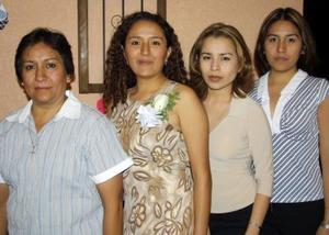 Marcela Martínez Ceniceros acompañada de las anfitrionas de su despedida de soltera, Estela de Martínez, Dora Isela y Silvia Martínez.