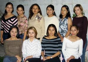 Marcela Martínez Ceniceros acompañada por un grupo de amistades en la despedida de soltera que le ofrecieron.