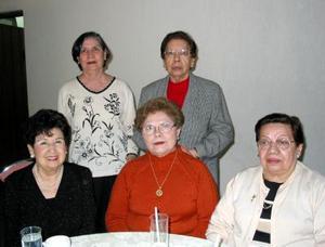 Toña Vega Hortencia Algaba, Pera de García, Cecilia Bayón y Ema Alonso, en una reunión en la víspera navideña.