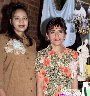 <u>12 de diciembre </u><p> Lorena G. Gómez de Basurto acompañada de la organizadora de su fiesta de canastilla Angelita Rodríguez de Basurto.