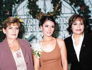 Elizabeth Villavicencio Torres en compañía de Rosa María Torres de Villavicencio y Olivia de la Fuente de Contreras anfitrionas de su convivio de despedida.