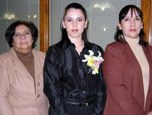 Karla Sánchez Valdez acompañada de María Lourdes de Alvarado y Leticia Sánchez, organizadoras de su despedida de soltera.