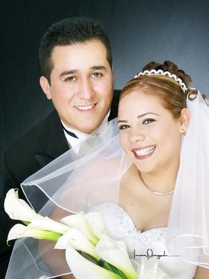 C.P. Julio César Sosa Rivera y C.P. Érika Violeta Magdaleno Díaz contrajeron matrimonio en la parroquia de Nuestra Señora de la Virgen de la Encarnación el 29 de noviembre de 2003.  Estudio Laura Grageda.