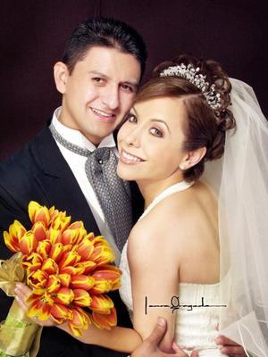 Lic. Marlon Thamar Fuentes Mancillas y Lic. Diana Ávalos Navarro contrajeron matrimonio religioso en la parroquia de San Pedro Apóstol el once de octubre de 2003. Estudio Laura Grageda.