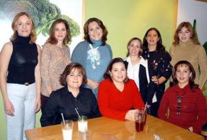 Marcela Vargas de Reséndez en compañía de un grupo de asistentes  a su fiesta de canastilla.