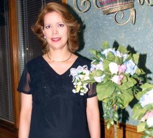 María Teresa Pérez de Martínez recibió un gran número de felicitaciones en la fiesta de canastilla que le organizaron por el próximo nacimiento de su bebé.