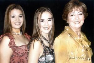 Gabriela Vela del Río, Ángeles Vela de Galindo y Ángeles del Rpio de Vela en una fotografía de estudio