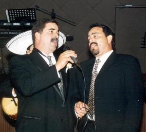 Francisco Álvarez Cruz le dedicó a sus padres quienes celebraron sus bodas de Oro, dos canciones, lo acompañó José Cruz Ponce.